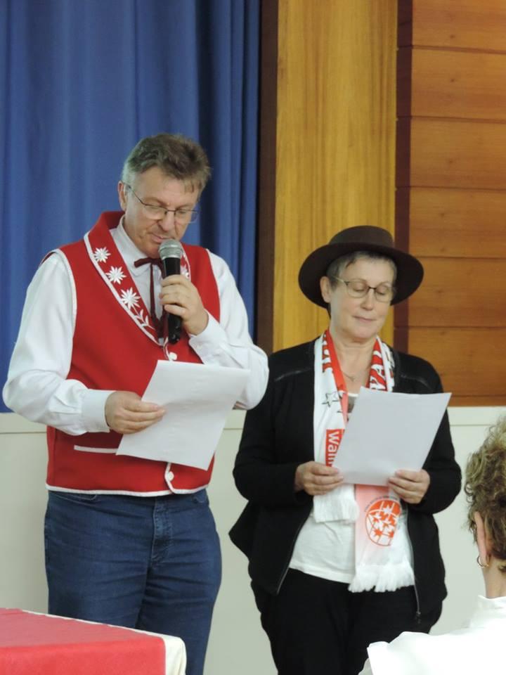 Ivo Sartor et Aliette Giroud lisent à 2 voix et en 2 langues la lettre de salutations de Valaisans du Monde.