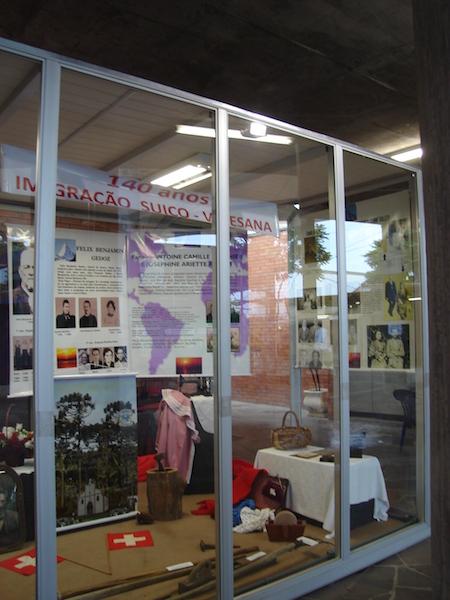 Université de Caxias do Sul : vitrine consacrée au 140e anniversaire de l'émigration valaisanne