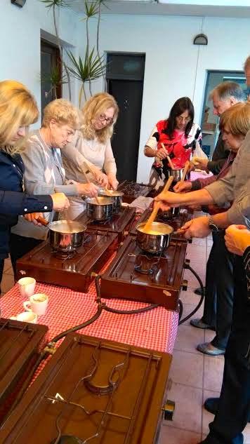 La préparation de la fondue pour les participants à la réunion.