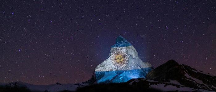 """La bandera argentina fue proyectada en los alpes suizos como señal de """"esperanza y solidaridad"""" frente a la pandemia del coronavirus"""