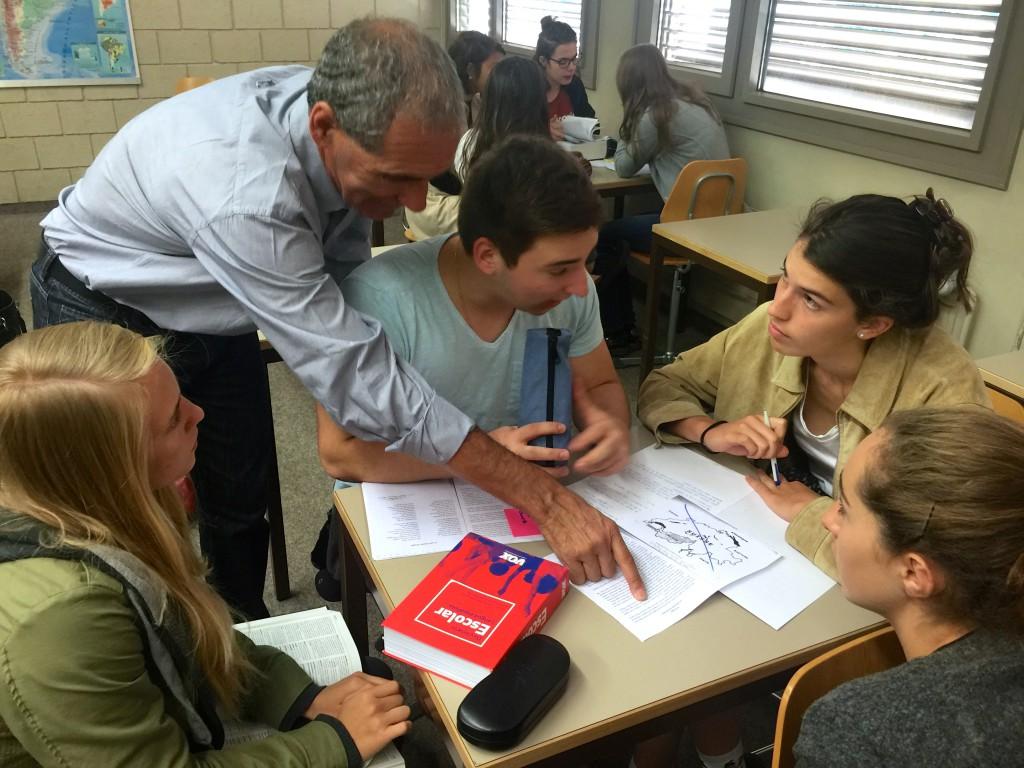 Le professeur Fidel Fernandez supervise la traduction de ses élèves.