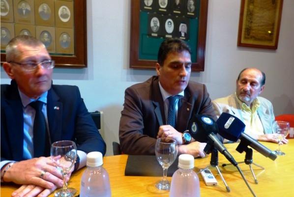 L'ambassadeur suisse en Argentine, Peter Mock (au centre), s'adresse au public présent au chalet Guillaume Tell d'Esperanza lors d'une visite à nos cousins d'Argentine.